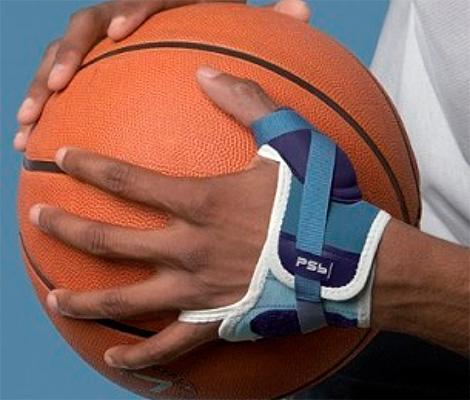 Баскетболист с кистевым ортезом