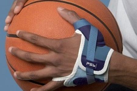Баскетболист с ортезом на запястье