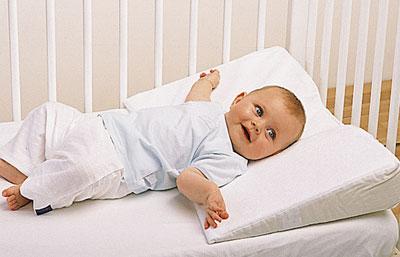 Наклонная подушка для детской кроватки