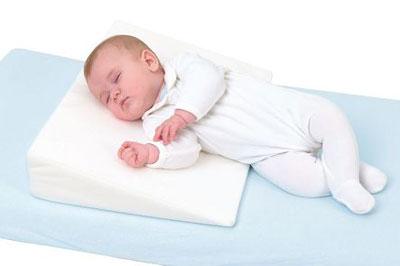Укладывание ребенка на наклонную подушку