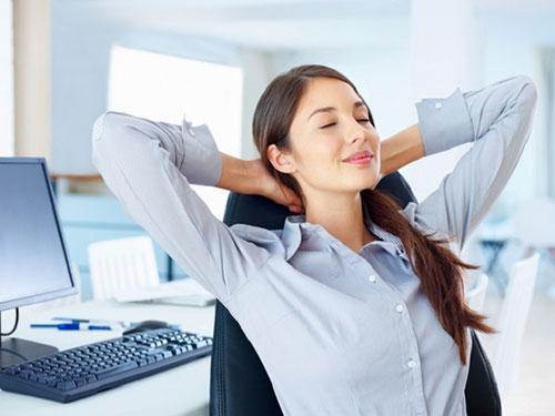 Девушка отдыхает от работы за компьютером